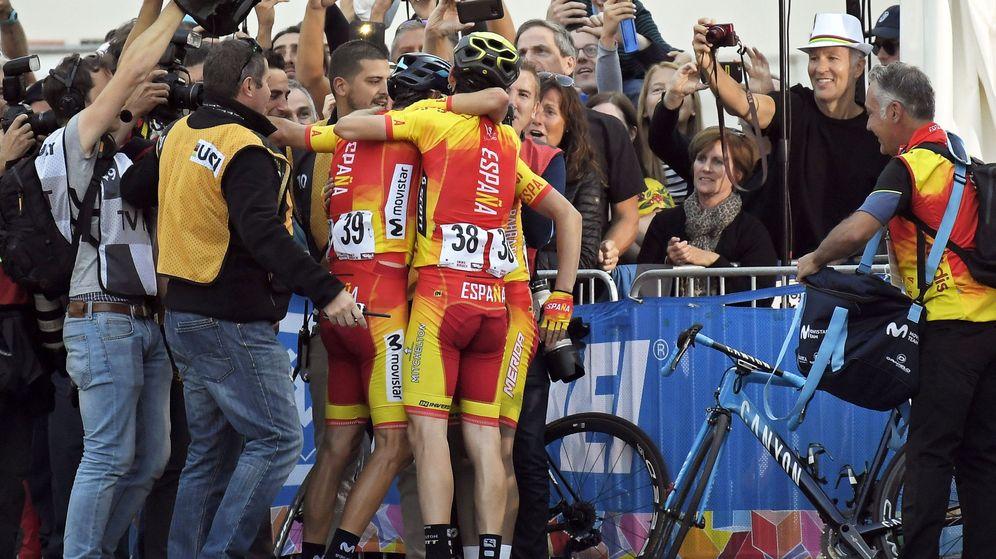Foto: Valverde celebra la victoria con sus compañeros. (Reuters)
