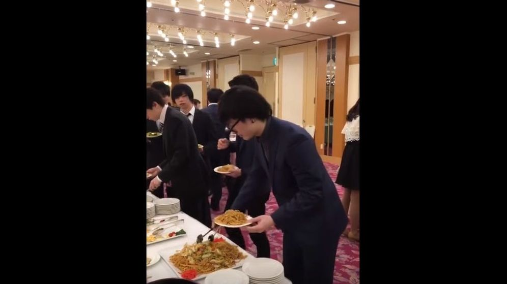 Foto: El protagonista del vídeo, sirviéndose en un 'buffet'