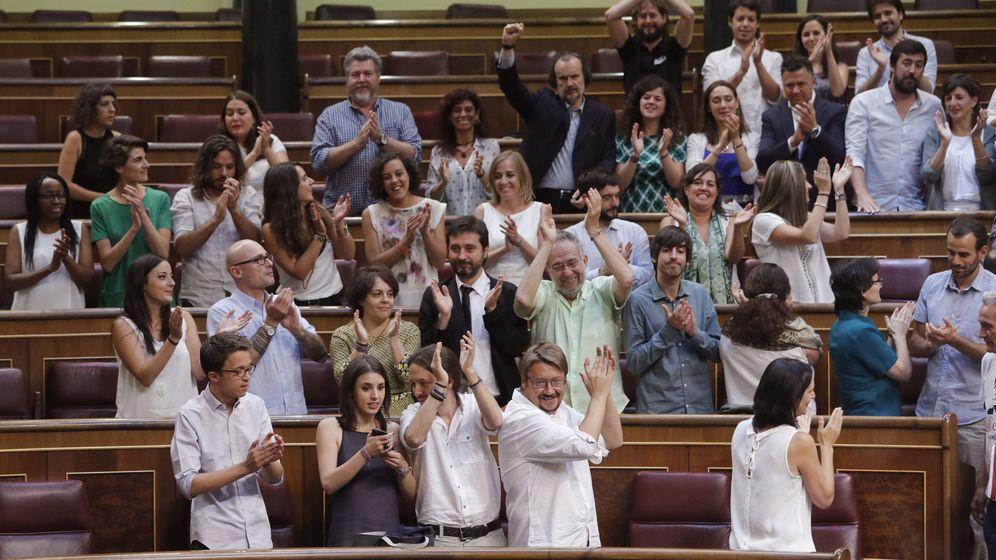 Foto: El grupo parlamentario de Unidos Podemos aplaude tras la sesión constitutiva de las Cortes Generales de la XII Legislatura. (EFE)