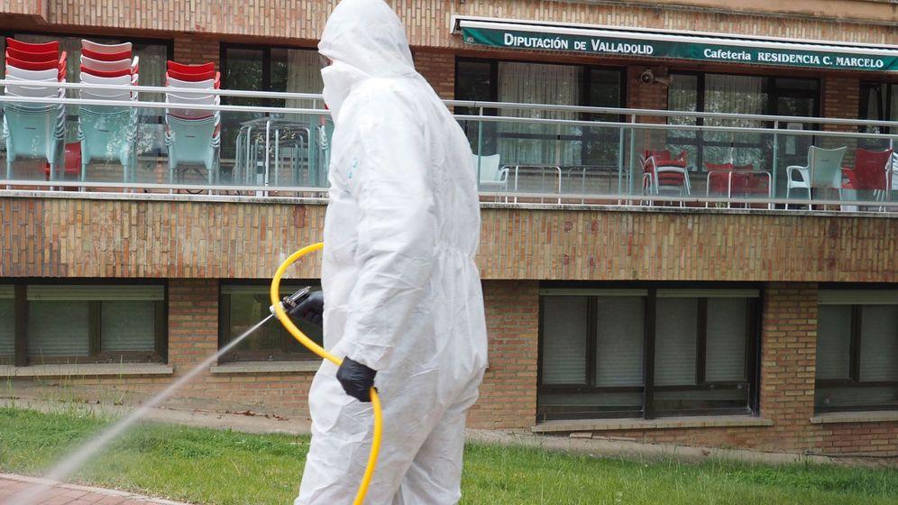Foto: Desinfección de la residencia Cardenal Marcelo en Valladolid, el pasado 16 de abril. (EFE)