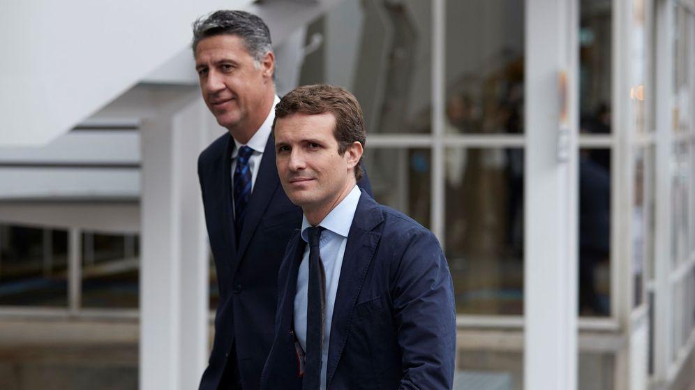 Foto: Pablo Casado camina junto a Xavier García Albiol (EFE)