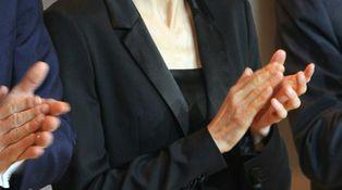 Doña Letizia, de negro y con look masculino en su visita a Cataluña