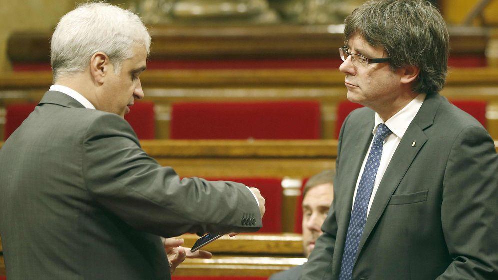 Foto: El presidente de la Generalitat, Carles Puigdemont, y el exconsejero de Justicia, Germá Gordó. (EFE)