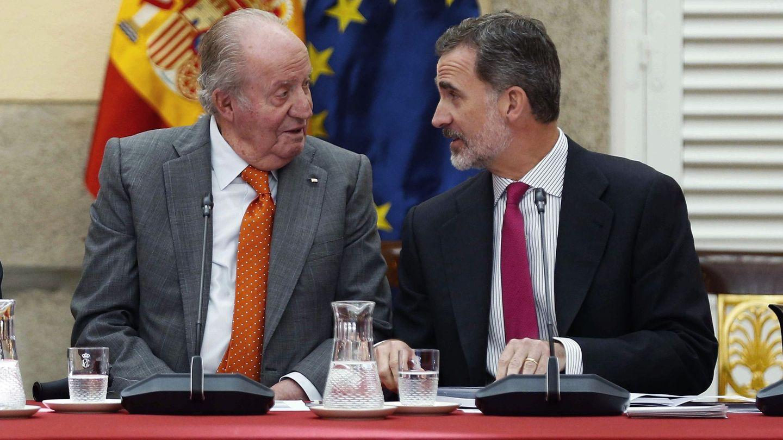 Felipe VI, junto a su padre, don Juan Carlos. (EFE)