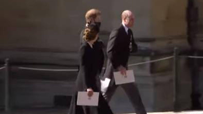 La conversación entre Harry, Guillermo y Kate a la salida del funeral. (YouTube)