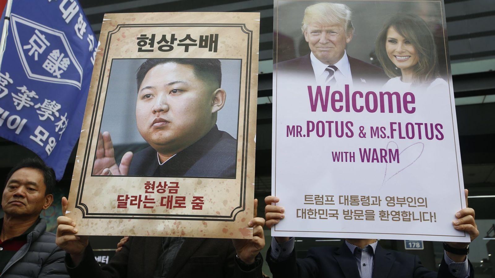 Foto: Manifestantes proestadounidenses saludan la visita de Donald Trump a Seúl, el pasado 6 de noviembre. (EFE)
