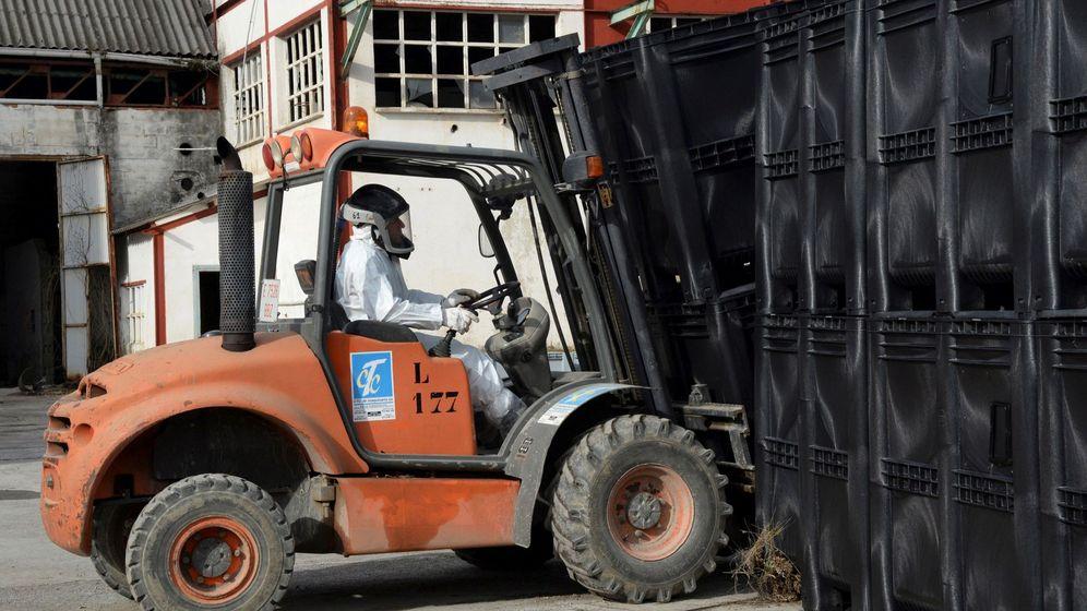 Foto: Un trabajador en una fábrica de Huesca. (EFE)