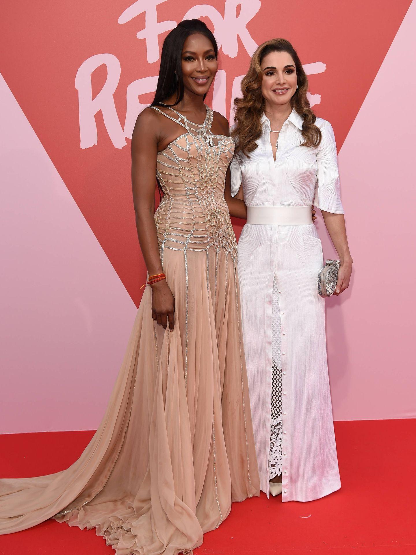 Rania de Jordania con Naomi Campbell, en la alfombra roja de Cannes. (Getty)