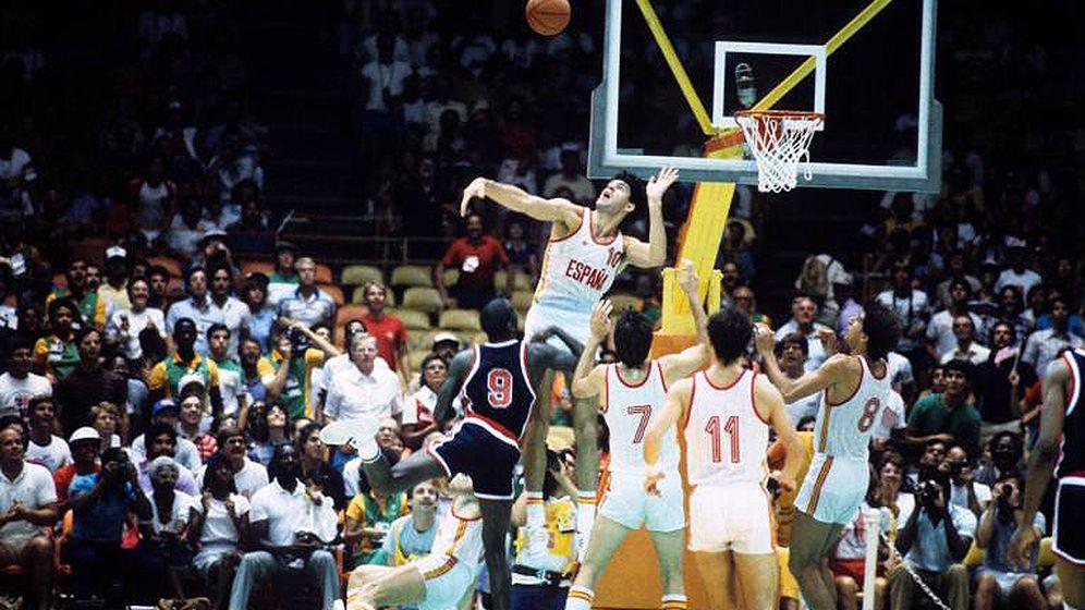 Foto: Fernando Martín intenta taponar a Michael Jordan (#9) en un partido de Los Ángeles'84 (Imago)