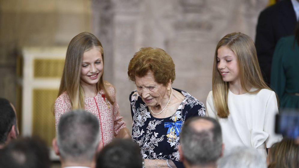 Foto: Leonor y Sofía con la anciana. (Limited Pictures)