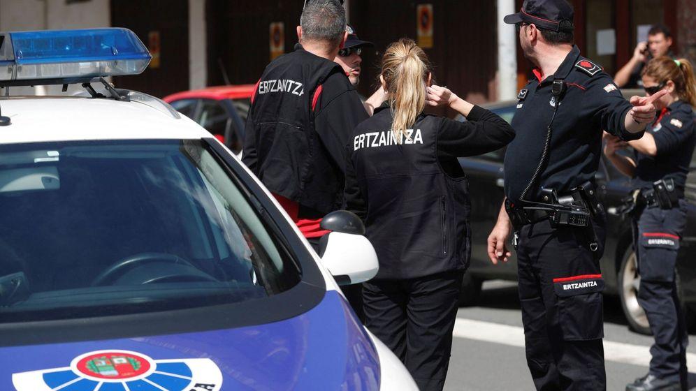 Foto:  La Ertzaintza detiene a un hombre por presunta agresión a su pareja en Bilbao (Efe)