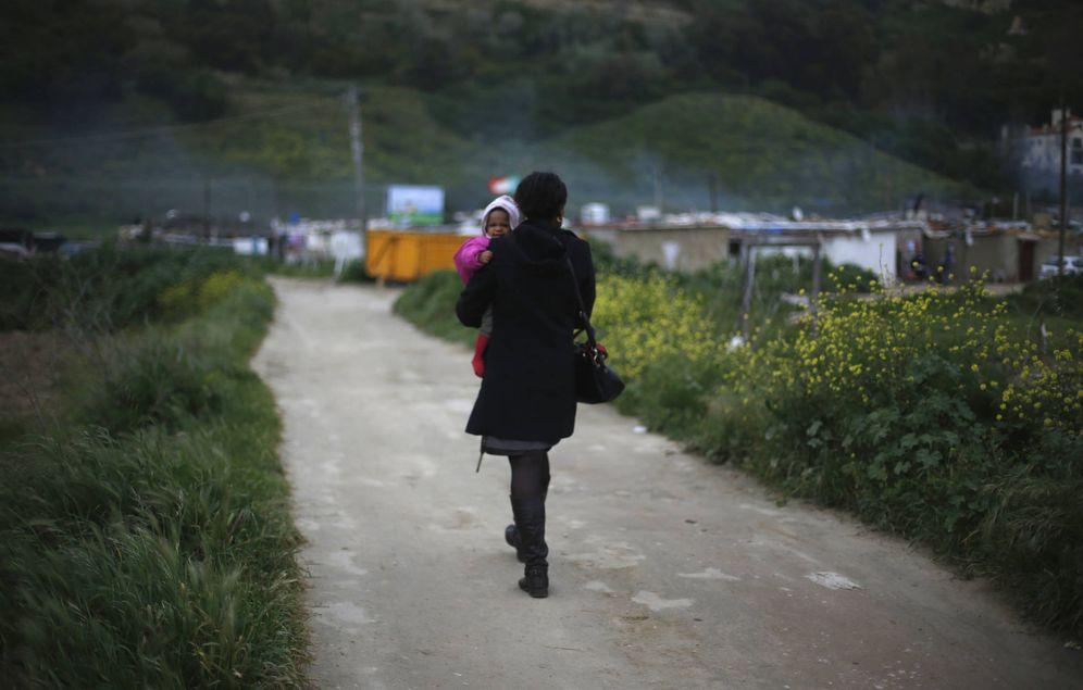 Foto: Una madre con su bebé en Terras do Lelo, cerca de Lisboa. (Reuters)