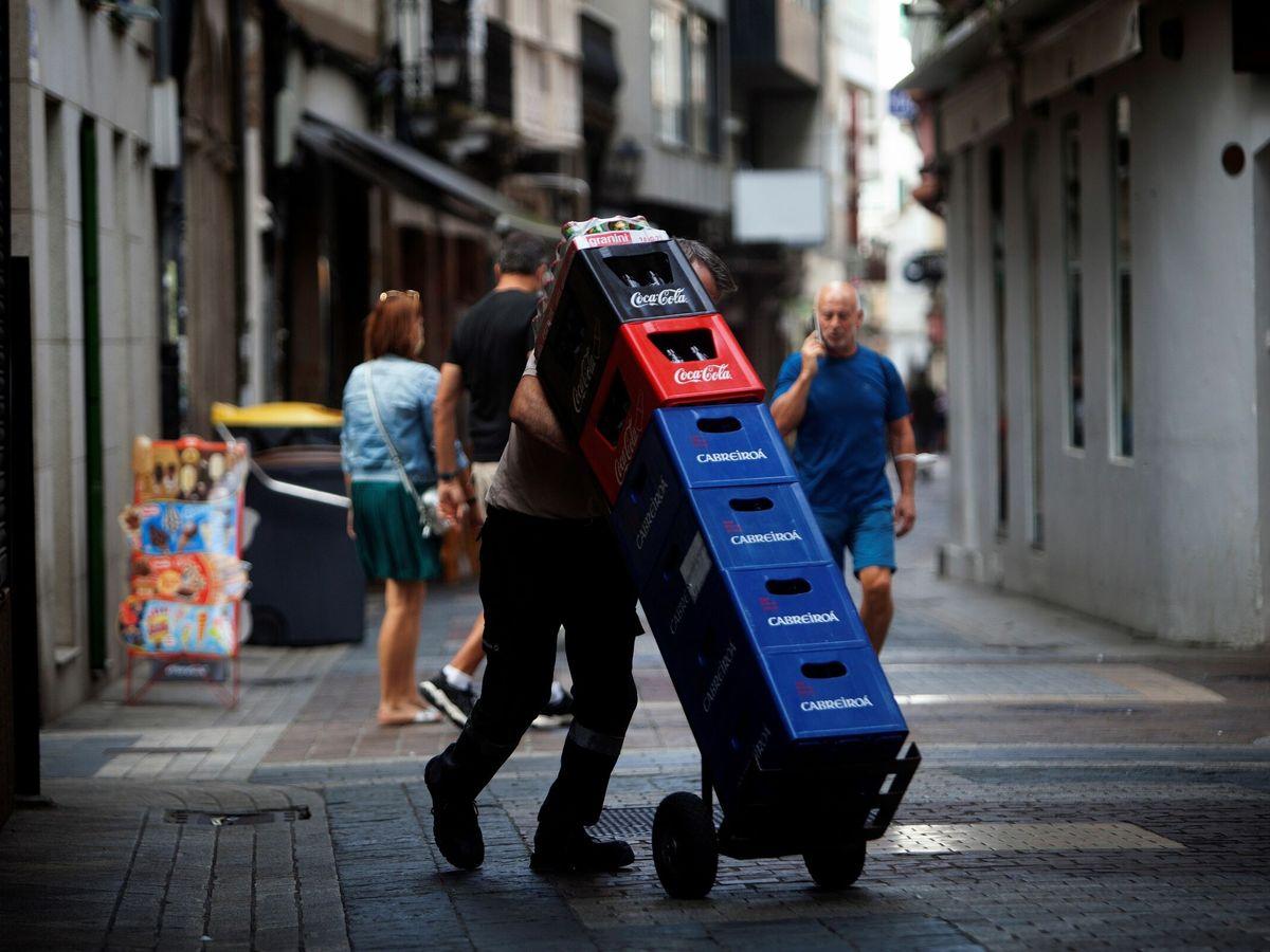 Foto: Un trabajador de hostelería en A Coruña. (EFE)