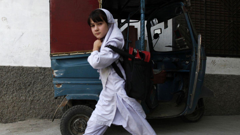 Una niña sale de la escuela de Khushal, en la que estudió Malala, en Pakistán (Reuters).