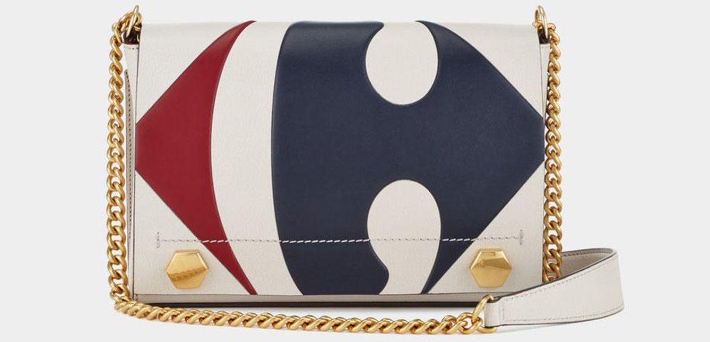 Un bolso con el logo de Carrefour que cuesta como la compra de decenas de meses