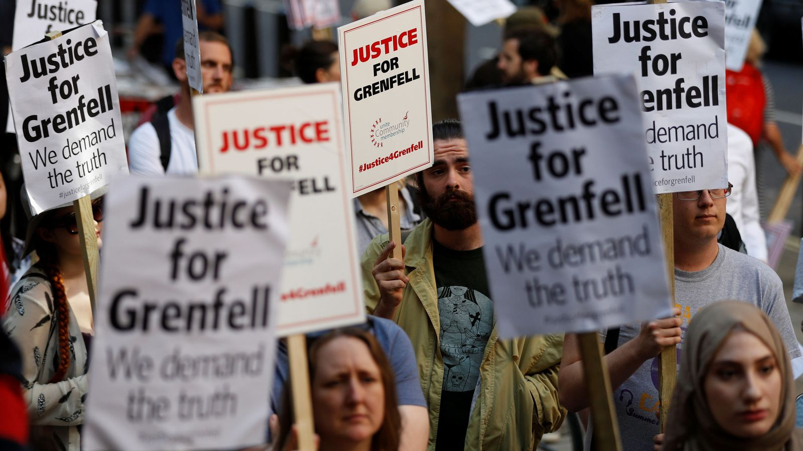 Foto: Manifestantes piden justicia para las víctimas del incendio de la torre Grenfell, en Londres, el 16 de junio de 2017. (Reuters)