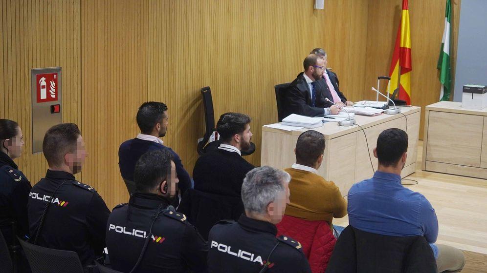 Foto: Los miembros de La Manada (izq a dcha), Manuel Guerrero, Jesús Escudero, José Ángel Prenda y Alfonso Jesús Cabezuelo, en la sala de la Audiencia de Córdoba (EFE)