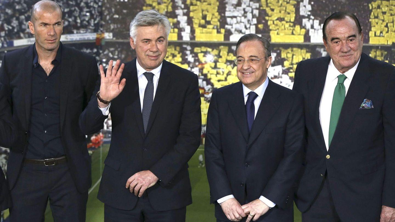 De izquierda a derecha: Zinedine Zidane, Carlo Ancelotti, Florentino Pérez y Fernández Tapias. (EFE)