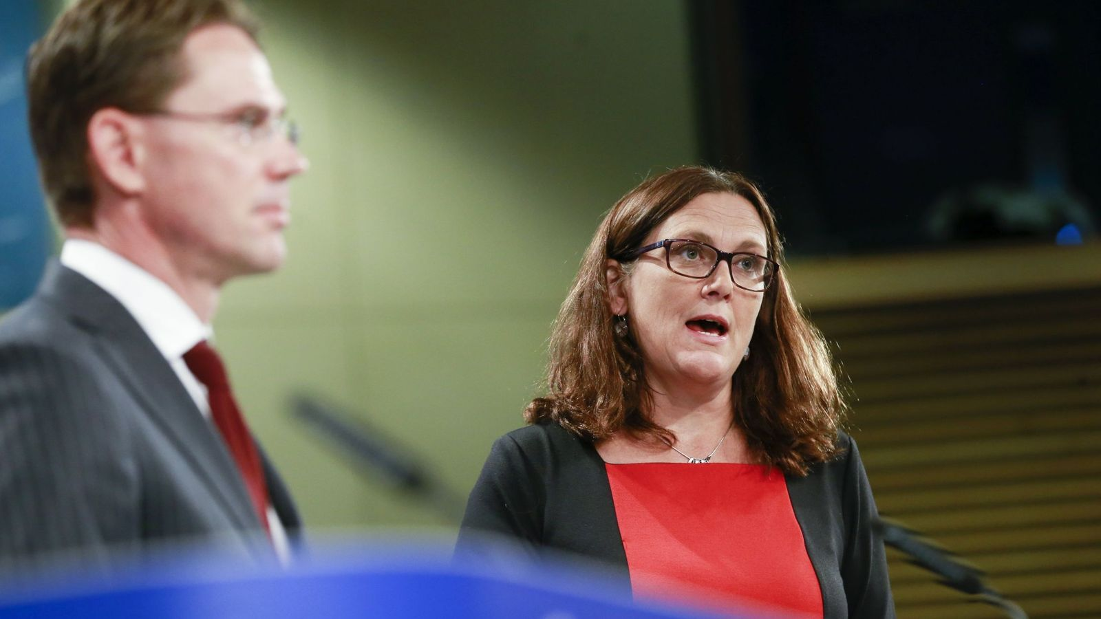 Foto: Jyrki Katainen y la comisaria de Comercio de la UE, Cecilia Malmström, durante una rueda de prensa en Bruselas. (EFE)