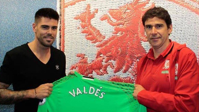 Karanka y Valdés posan con la camiseta del Middlesbrough.