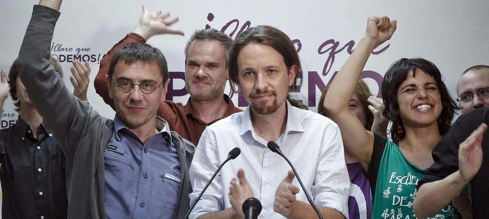 Foto: Monedero (izq.), Iglesias (centro), Cano (detrás) y Rodríguez (dch.), celebran la victoria electoral. (Efe)