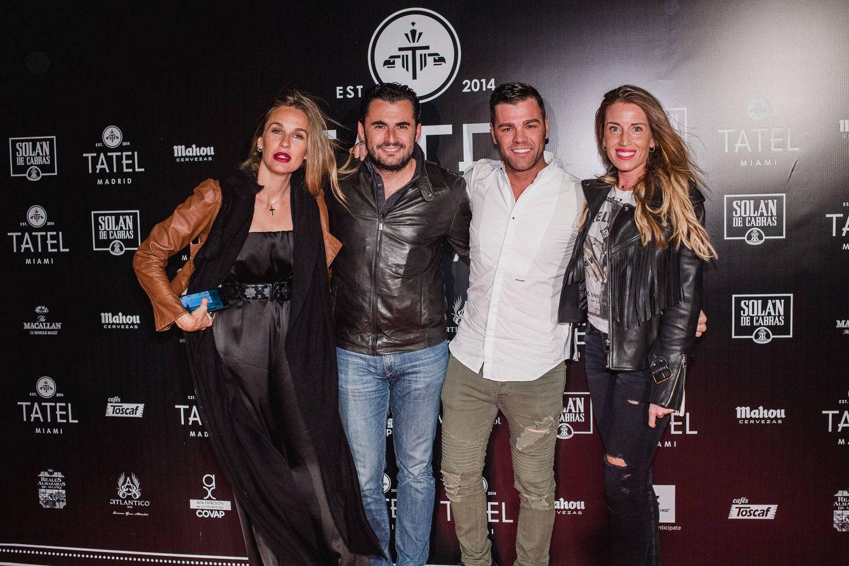 Foto: Emiliano Suárez y Carola Baleztena con los novios Fonsi Nieto y Marta Castro, en Tatel Ibiza. (Foto: Will Marsala)