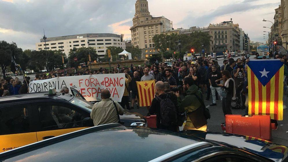 Foto: Cortan el tráfico frente a la Plaza de Cataluña por el aniversario del 1-O. (Foto: David Brunat)