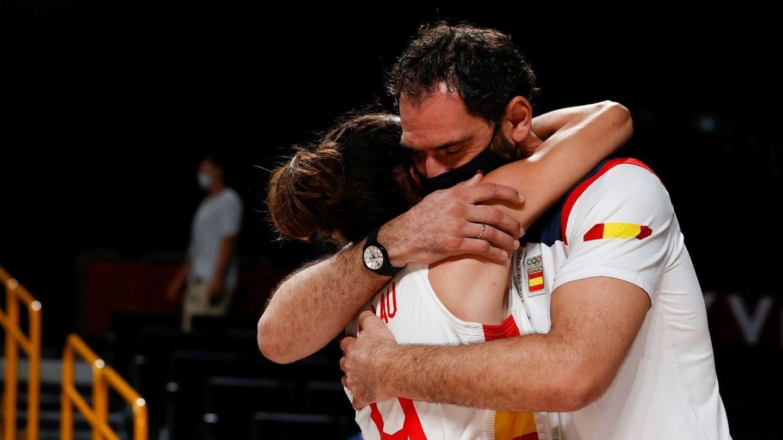 Garbajosa se abraza con Laia Palau tras el encuentro ante Francia. (EFE)