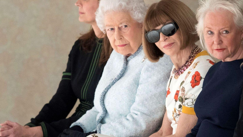 Isabel II, con Anna Wintour y Angela Kelly a su izquierda durante la Semana de la Moda de Londres 2018. (EFE)