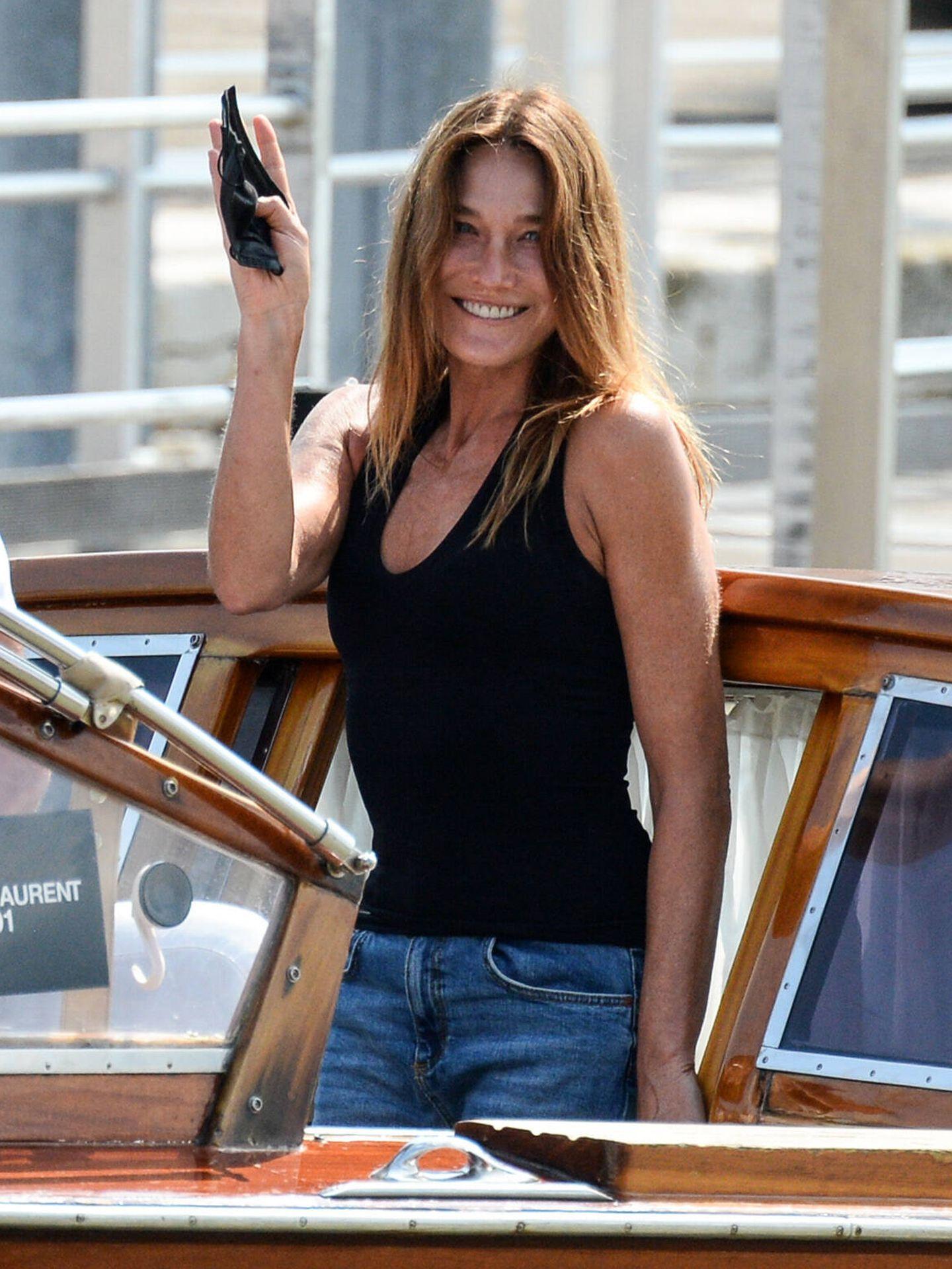 Carla Bruni llega sonriente a Venecia. (Gtres)