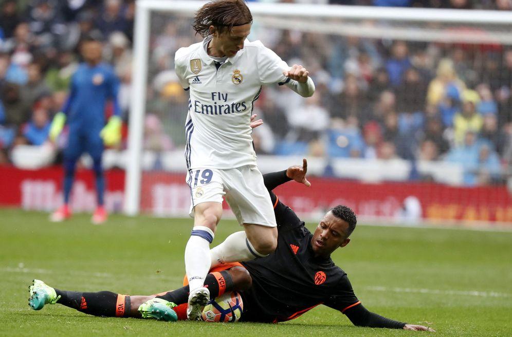 Foto: Modric pelea con Nani en un lance del partido Real Madrid-Valencia. (EFE)