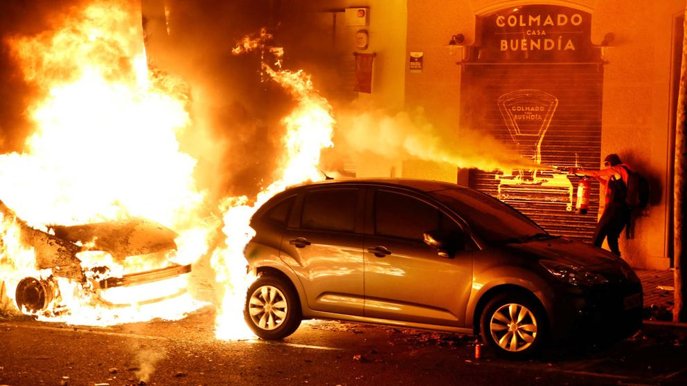 Otra noche de fuego y furia en Barcelona fuerza una tibia condena de Torra