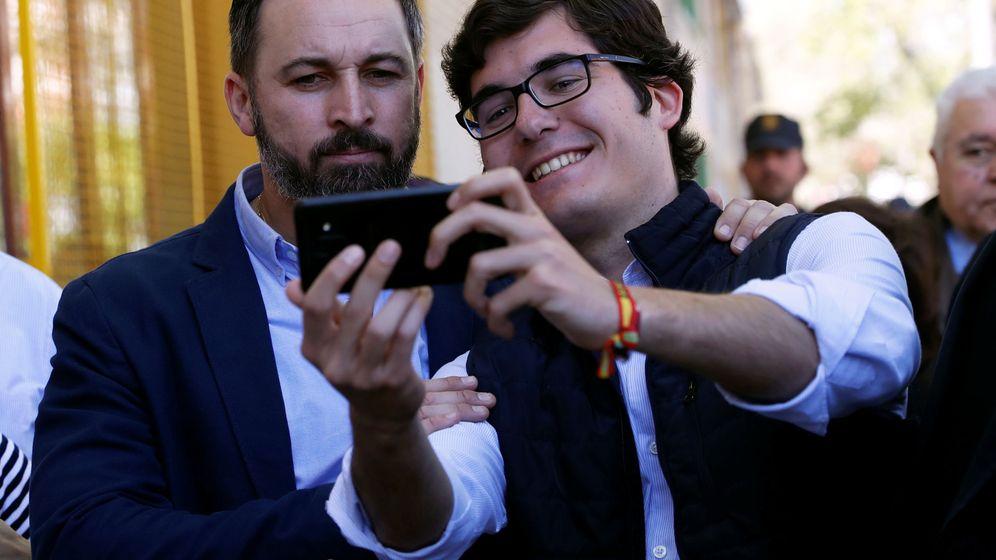 Foto: Santiago Abascal se fotografía con un seguidor de Vox tras votar en su colegio. (Reuters)