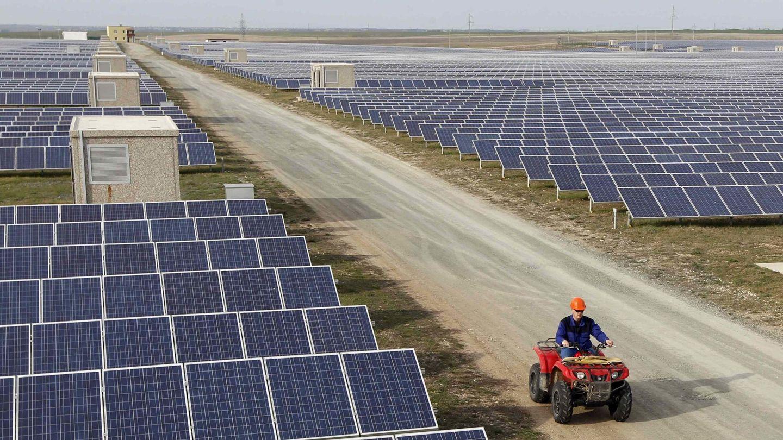 Un trabajador inspecciona una planta solar en las afueras de Simferópol (Reuters).