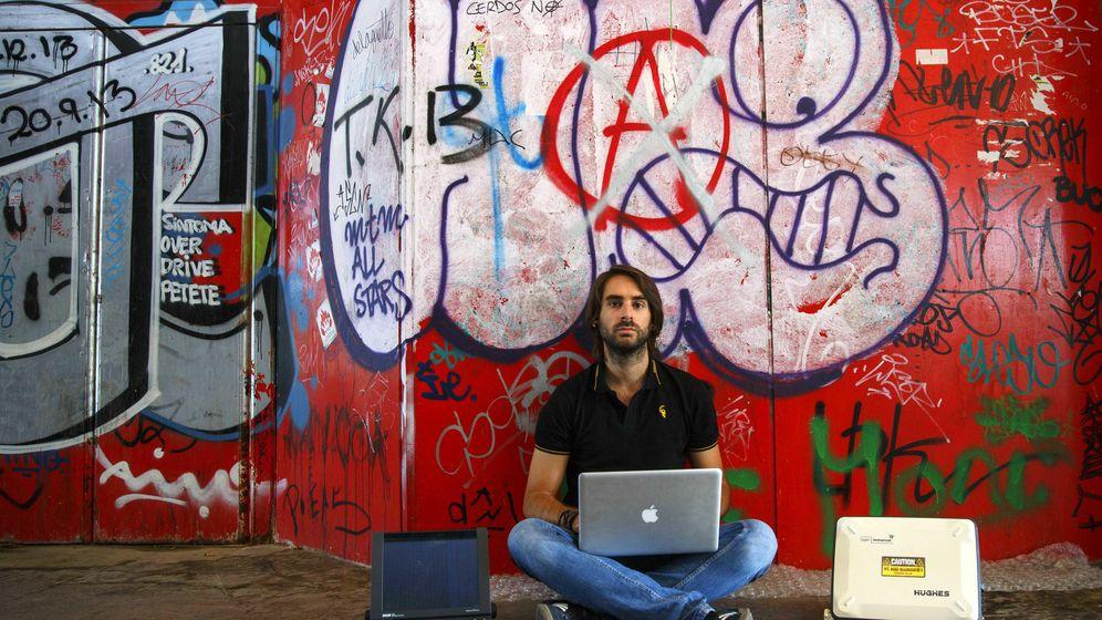 Foto: El investigador de seguridad Ruben Santamarta posa en una foto en Madrid en 2014. Santamarta dio con la forma de 'hackear' aviones de pasajeros a través del sistema de entretenimiento a bordo de los aparatos. (Foto: Reuters)