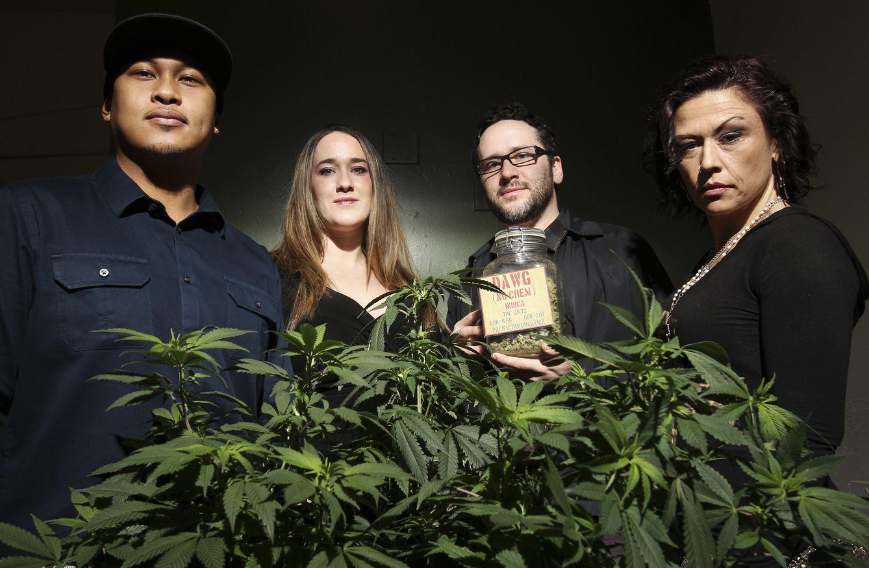 Foto: Abigail Guthrie (2º I) junto a su hermano Chris y miembros del equipo de una clínica que utiliza cannabis, en Seattle, Washington (Reuters).