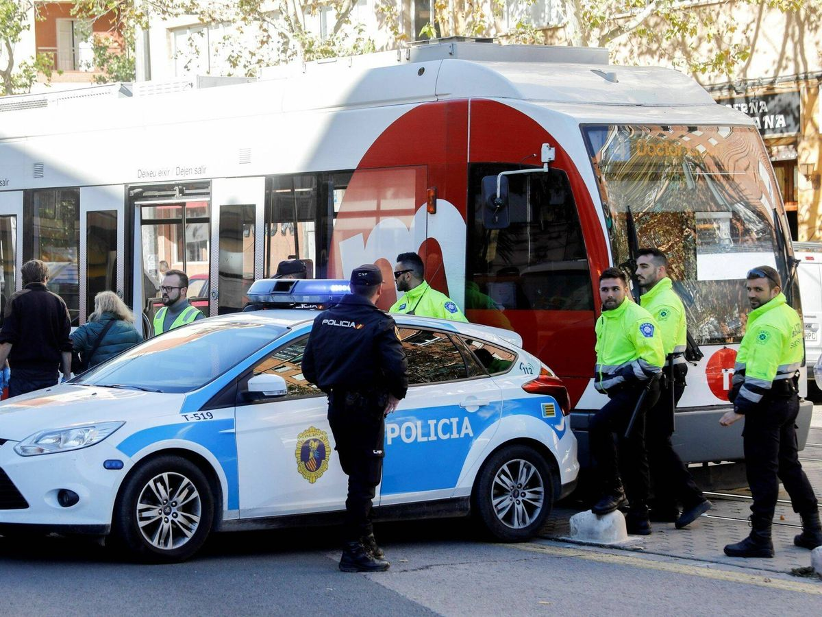 Foto: Agentes de policía, junto al tranvía de Zaragoza - Archivo. (EFE)
