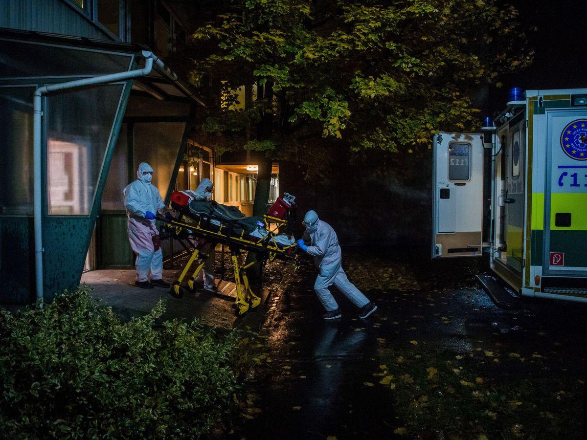 Foto: Un paciente de coronavirus asistido en Budapest. (EFE)
