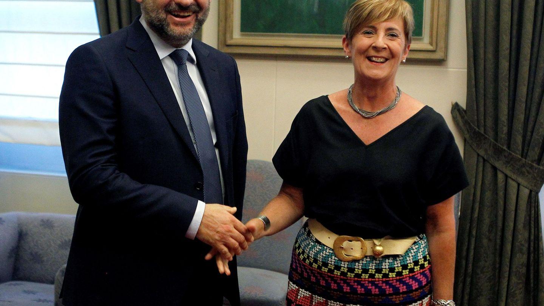 El ministro de Fomento, José Luís Ábalos, saluda a la consejera vasca de Infraestructuras, Arantxa Tapia.