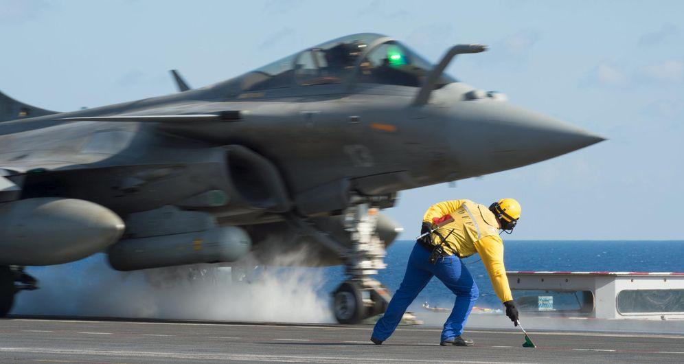 Foto: Un caza de combate francés despega desde el Charles de Gaulle durante unos ejercicios en el Mediterráneo (Reuters).