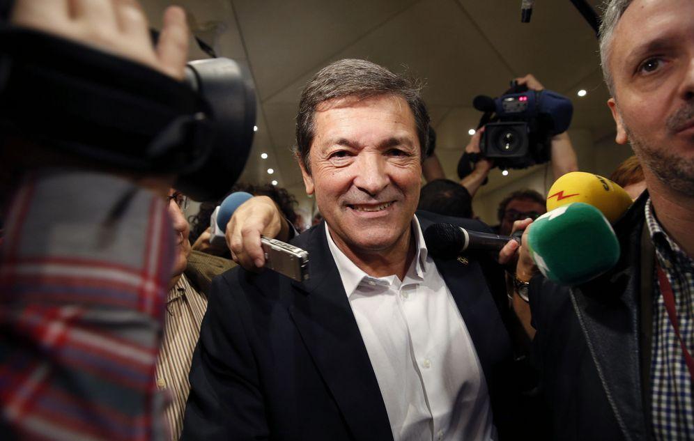 Foto: Javier Fernández, presidente de Asturias y presidente de la gestora socialista, a su salida de la reunión con diputados y senadores, este 18 de octubre en la Cámara alta. (EFE)