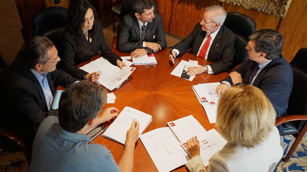 Foto: Reunión de trabajo entre la dirección de la Cámara y la candidatura ganadora Eines de País. (Flickr de la Cambra)