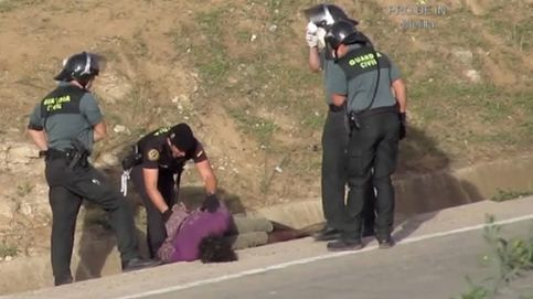 Imputan a ocho guardias civiles en Melilla por agredir a un inmigrante en la valla