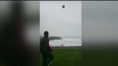Chuta un balón al mar con todas sus fuerzas.... y el viento se lo devuelve