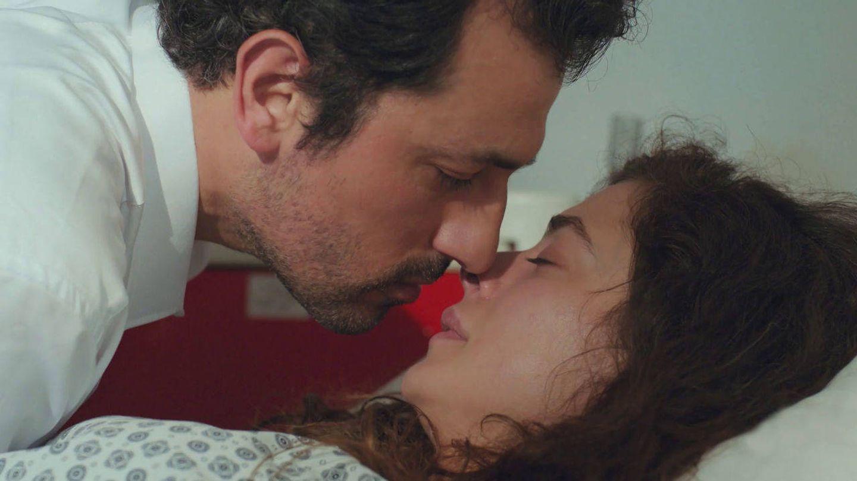 Arif, a punto de besar a Bahar. (Atresmedia)