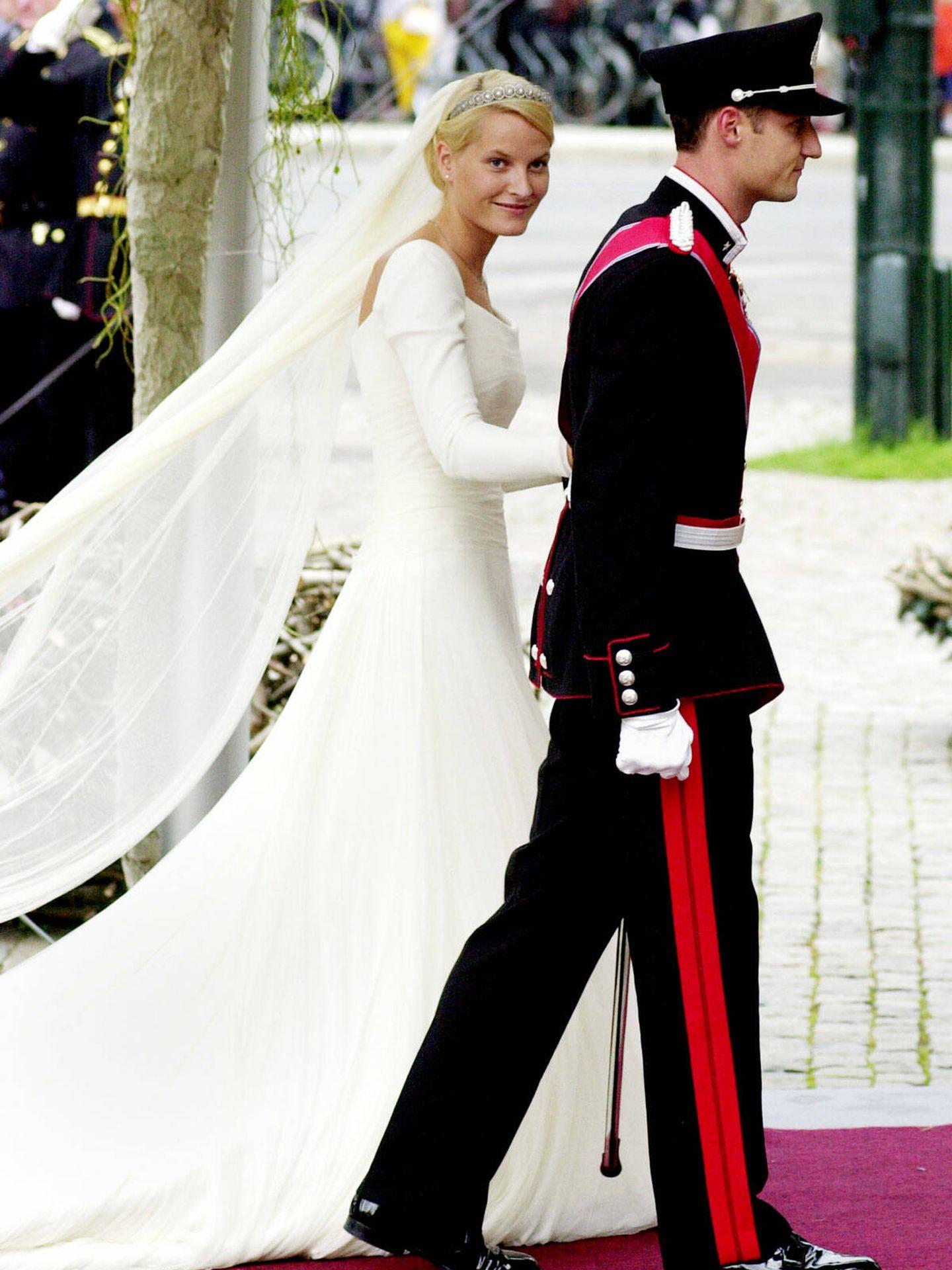 Mette-Marit sonríe a la cámara tras casarse con Haakon. (Getty)