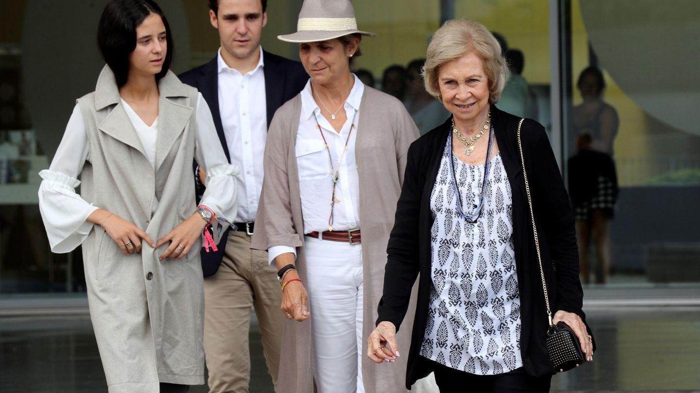 La reina Sofía, la infanta Elena y Victoria, el verano pasado. (EFE)