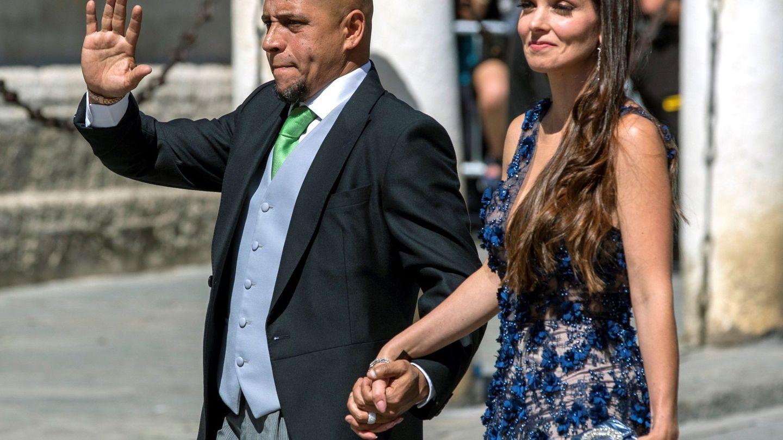 Roberto Carlos y su pareja, a su llegada a la catedral de Sevilla. (EFE)
