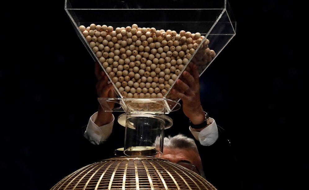Foto: Funcionarios del Organismo Nacional de Loterías y Apuesta del Estado (ONLAE) preparan el inicio del sorteo extraordinario de Lotería de Navidad. (EFE)