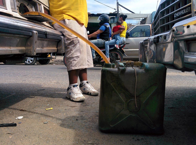 Foto: Un contrabandista descarga gasolina procedente de Venezuela en Maicao, Colombia (Foto: Alicia Hernández).